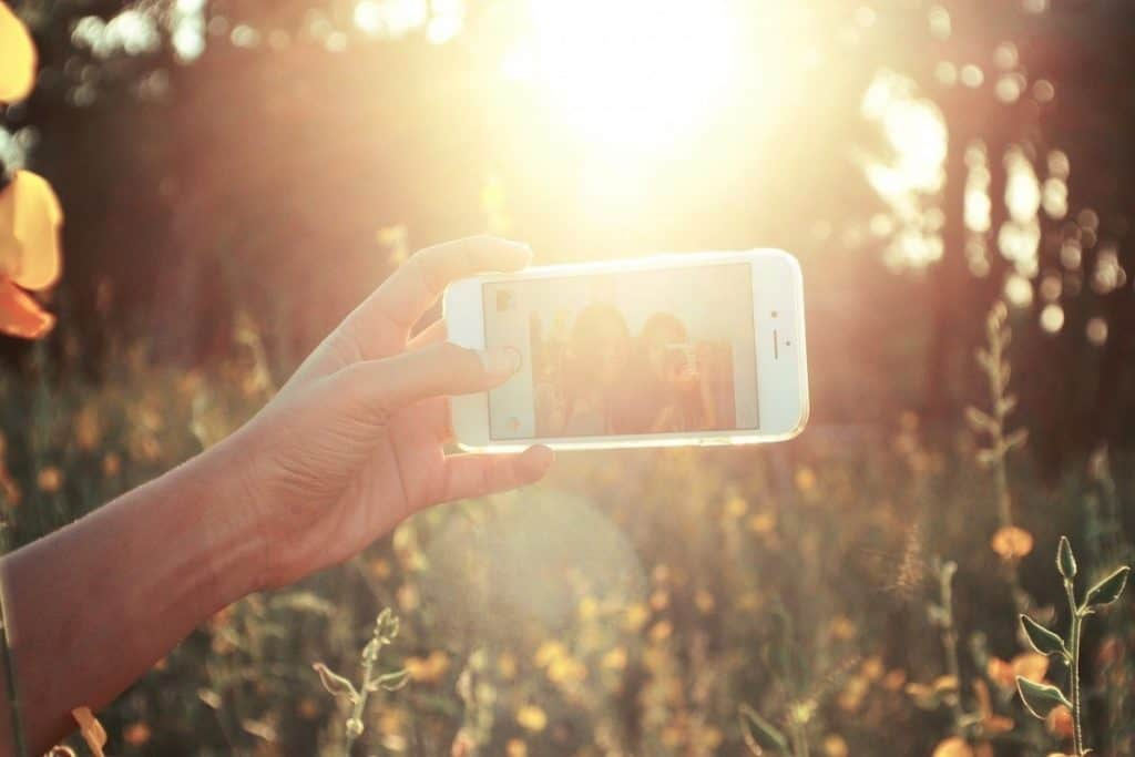 How to hold your smartphone for a selfie